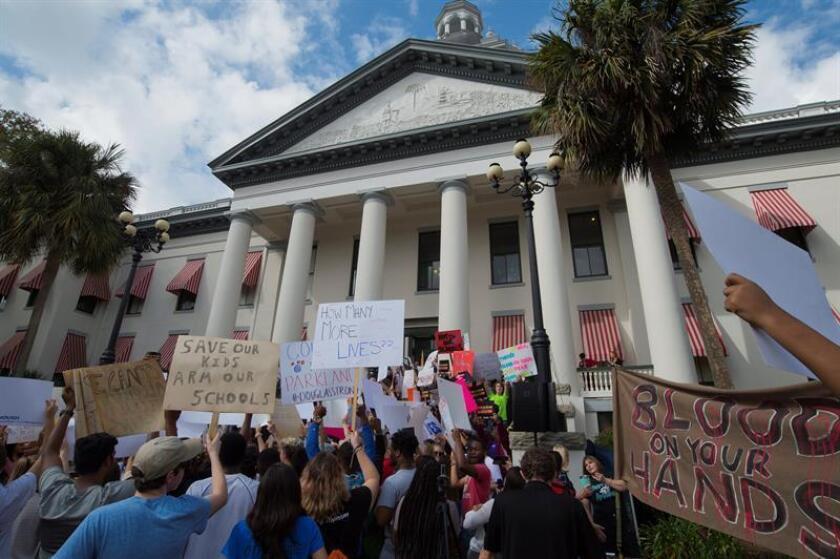 Manifestantes protestan ante el Congreso de Florida en Tallahassee, Florida (Estados Unidos) hoy, 21 de enero de 2018. La cámara baja del Congreso de Florida desoyó hoy las peticiones en favor de restringir la venta de armas de fuego surgidas tras la matanza en una escuela secundaria del estado, al negarse a debatir un proyecto de ley para prohibir las armas semiautomáticas. EFE