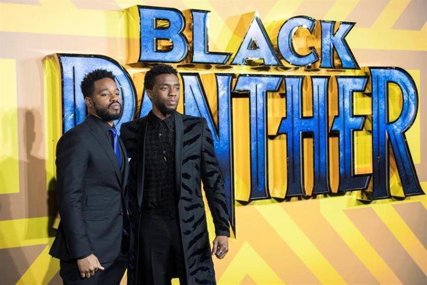 El actor estadounidense Chadwick Boseman (d) posa junto al director estadounidense Ryan Coogler (i). EFE/Archivo