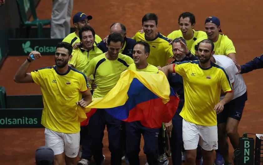 Robert Farah (i) y Juan Sebastián Cabal (d) celebran luego de vencer a los suecos Markus Eriksson y Robert Lindstedt este sábado en Bogotá (Colombia). Juan Sebastián Cabal y Robert Farah, que comparten el décimo lugar del ránking de dobles de la ATP, sellaron este sábado la clasificación de Colombia a la fase final del Grupo Mundial de la Copa Davis al vencer por 6-3 y 6-4 a los suecos Markus Eriksson y Robert Lindstedt en Bogotá. EFE