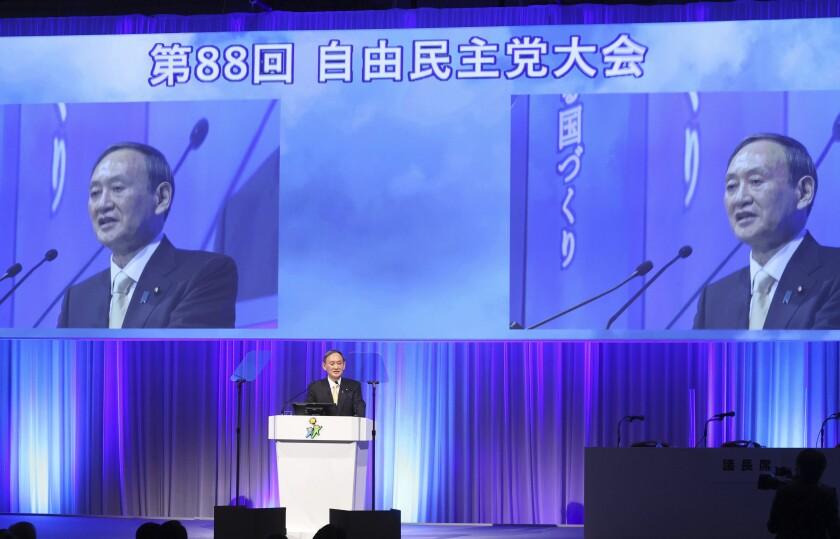 El primer ministro de Japón y líder del Partido Liberal Democrático, Yoshihide Suga, ofrece un discurso