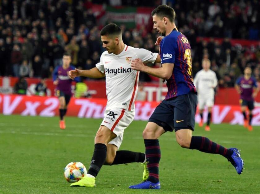 El delantero portugués del Sevilla FC, André Silva (i), controla el balón ante el defensa francés del FC Barcelona, Clement Lenglet, durante el partido de ida de cuartos de final de la Copa del Rey la semana pasada. EFE