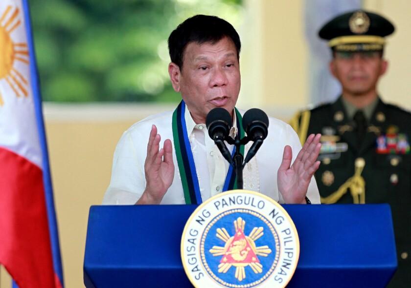 ARCHIVO - Esta foto de archivo muestra al presidente de Filipinas, Rodrigo Duterte, centro, hablando a las fuerzas armadas durante una ceremonia militar en la ciudad de Quezon, noreste de Manila, Filipinas. (Foto AP /Bullit Márquez, Archivo)