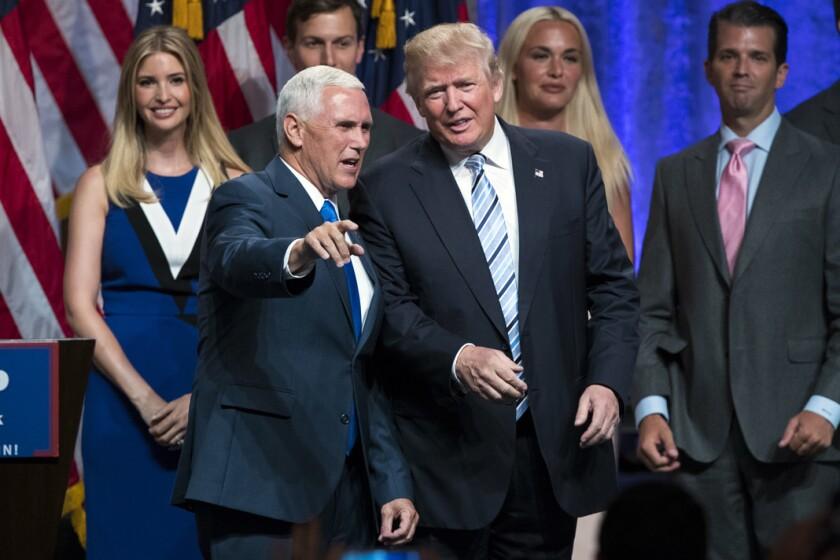 El candidato presidencial republicano Donald Trump, a la derecha, junto con el gobernador de Indiana Mike Pence, al anunciar oficialmente que Pence ser· su compaÒero de fÛrmula el 16 de julio del 2016 en Nueva York. (AP Foto/Evan Vucci)