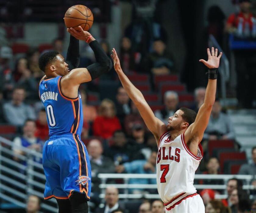 El guardia de Chicago Bulls Michael Carter-Williams (d) disputa el balón con el guarida de Oklahoma City Thunder Russell Westbrook (i) durante el partido de este lunes. EFE/Archivo