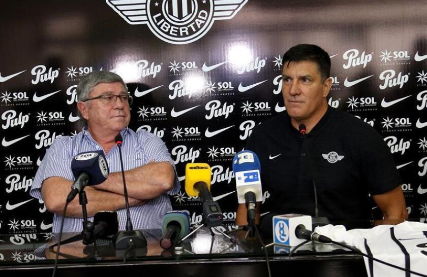 El presidente del Club Libertad, Francisco Giménez (i), presenta como nuevo técnico del club al argentino José Chamot este viernes, en la sede del Estadio Nicolás Leoz, en Asunción (Paraguay). EFE