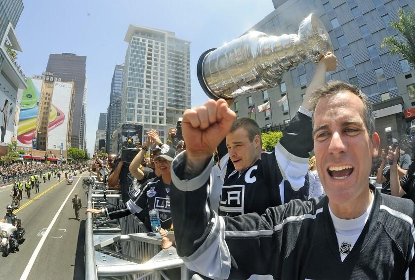 Mayor Garcetti cheers for the Kings