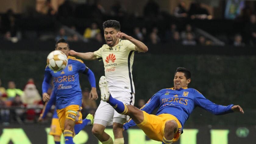 Oribe Peralta (c) en una ofensiva del América.