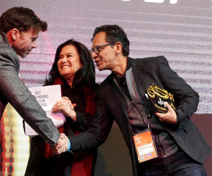 """El director mexicano Ernesto Contreras recibe el premio Cine Mundial: Premio de la Audiencia, Drama, por su película """"Sueño en otro idioma"""" este sábado 28 de enero de 2017, durante el festival de cine de Sundance, en Park City, Utah (EE.UU.). EFE"""