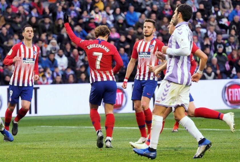 El delantero francés del Atlético de Madrid Antoine Griezmann (i) celebra el segundo gol de su equipo ante el Valladolid durante el partido de liga que se disputó en el estadio de Zorrilla, en Valladolid. EFE