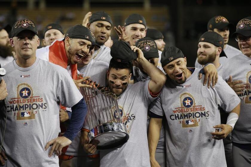Los jugadores de los Astros de Houston celebran su triunfo sosteniendo el trofeo al termino del séptimo y definitivo juego de la Serie Mundial de las Grandes Ligas (MLB) de béisbol disputado entre los Dodgers de Los Ángeles y los Astros de Houston el 1 de noviembre de 2017, en el estadio Dodger de Los Ángeles, California (EE.UU.). EFE