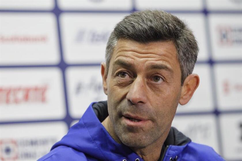 El centrocampista Elías Hernández, titular en el Cruz Azul que dirige el portugués Pedro Caixinha, propuso hoy a su entrenador para dirigir la selección nacional de cara al próximo ciclo mundialista que culminará en Catar 2022. EFE/ARCHIVO