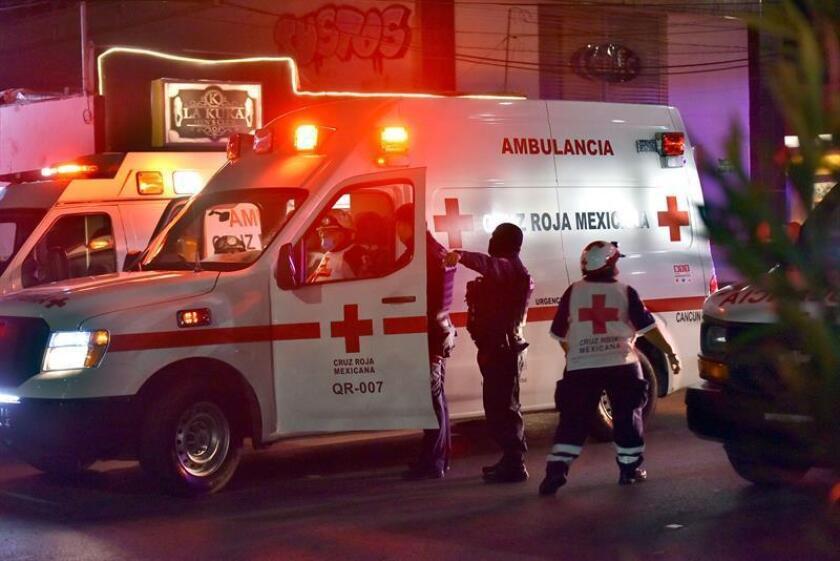 Socorristas de la Cruz Roja Mexicana atienden a heridos tras el ataque de un grupo armado a un bar de Cancún, en el estado de Quintna Roo (México). EFE