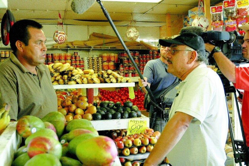 El productor y director Paul Espinosa, con gorra negra, prepara una entrevista con el dueño de la tienda La Especial Produce, Juan Neri, durante la grabación del documental The Price of Renewal.Cortesía Espinosa Productions