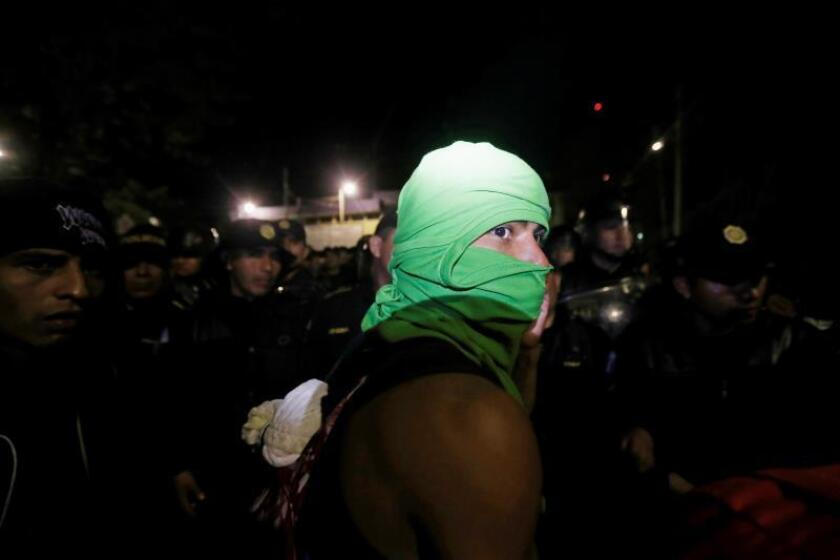 Guatemalan police cut off the passage for Honduran migrants in Agua Caliente, Guatemala, Jan. 15, 2019. EPA-EFE/ESTEBAN BIBA