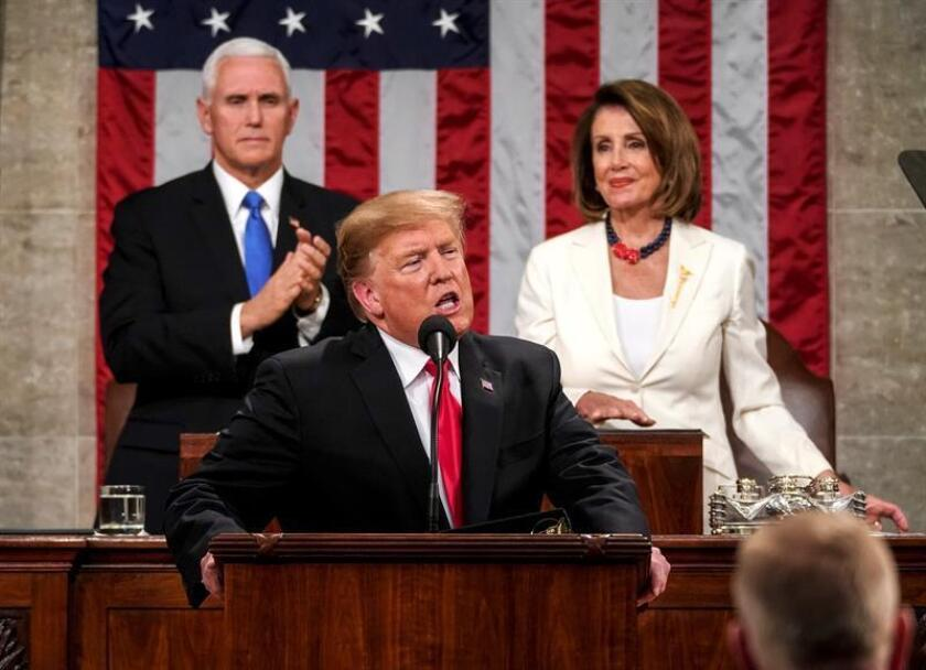 La presidenta de la Cámara de Representantes, Nancy Pelosi (c), y el vicepresidente, Mike Pence (i), aplauden al presidente de los Estados Unidos, Donald J. Trump, este martes antes de que Trump pronuncie su segundo discurso sobre el Estado de la Unión, en el Capitolio en Washington, DC (EE. UU.). EFE