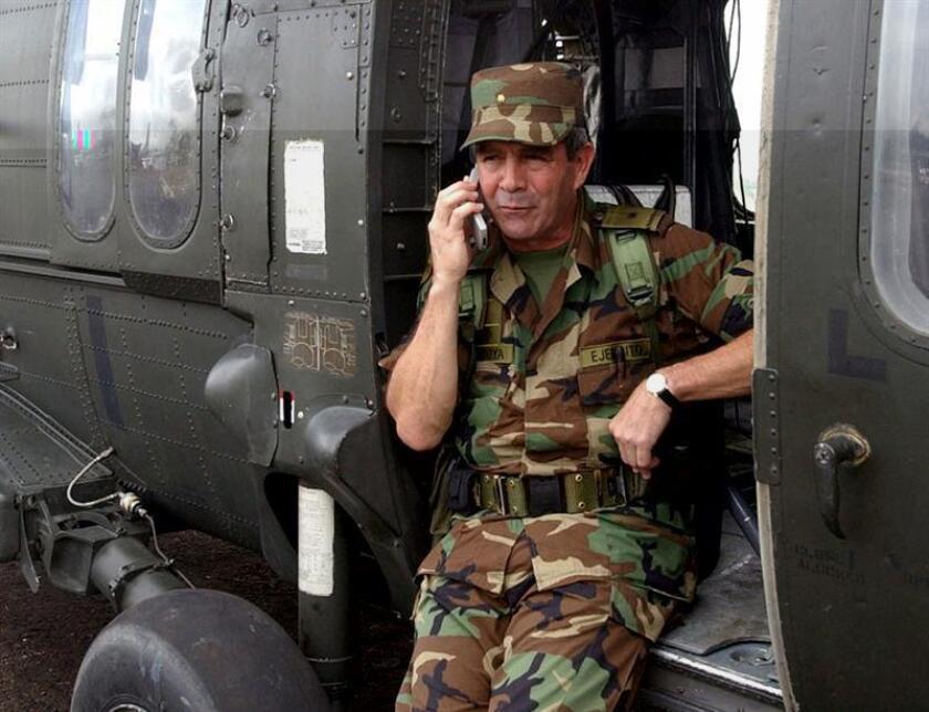 """Human Rights Watch (HRW) presentó hoy """"evidencias inéditas"""" que, a su juicio, comprometen al general retirado Mario Montoya, exjefe del Ejército de Tierra de Colombia, con el caso de las ejecuciones extrajudiciales ocurridas en el país, conocidas como """"falsos positivos"""". EFE/Ministerio de Defensa/SOLO USO EDITORIAL"""