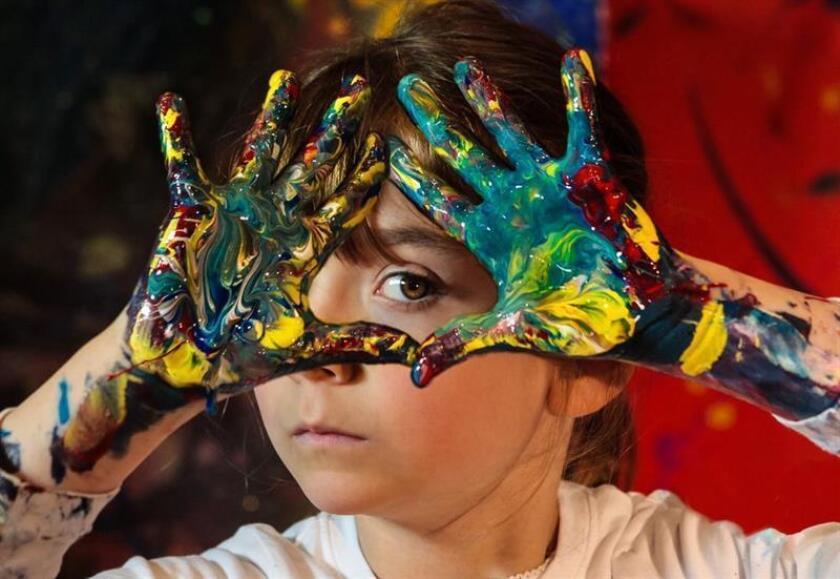 """Fotografía cedida por Kids Basel, donde aparece Aelita Andre, una australiana de 11 años que presentará un exposición individual titulada """"Infinite Wonder"""" el próximo 5 de diciembre, como parte del programa Wonder Kids Basel, en Miami (EE.UU.). EFE/Kids Basel/SOLO USO EDITORIAL/NO VENTAS"""