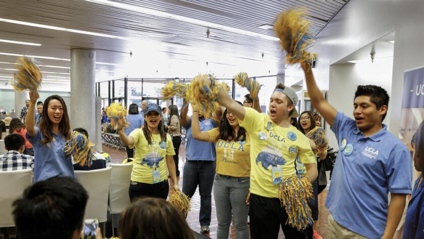 Los estudiantes y el personal animan a un estudiante que se ha comprometido oficialmente a asistir a UCLA. La Universidad de California está preparada para matricular a la clase de primer año más diversa que jamás haya tenido (Jay L. Clendenin/Los Angeles Times).
