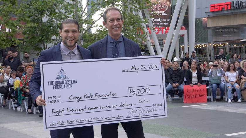 Brian Ortega entregó un donativo a escuelas de bajos recursos de Los Ángeles.
