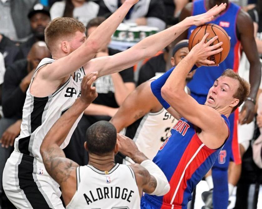 Luke Kennard (d) de Detroit Pistons en acción ante Davis Bertans (i) y LaMarcus Aldridge deSan Antonio Spurs este miércoles durante un juego de baloncesto de la NBA ante Detroit Pistons, en San Antonio, Texas (EE. UU.). EFE