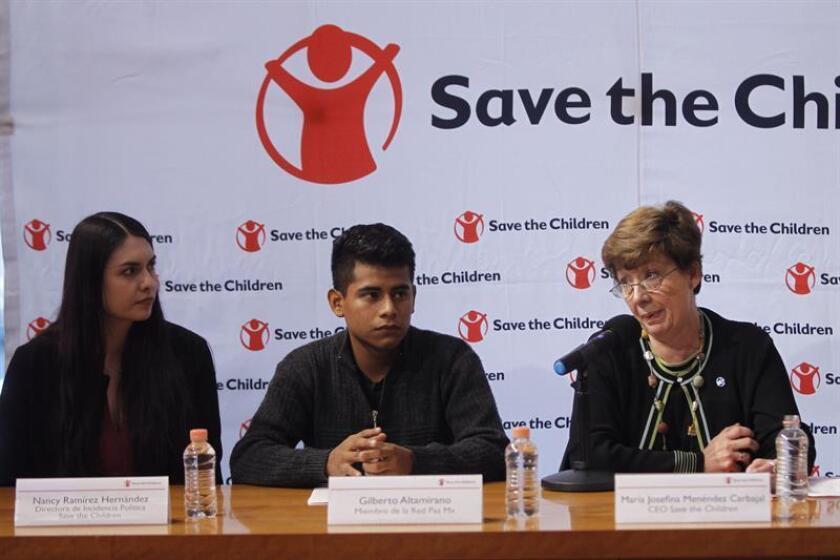 La directora de Incidencia Política Save the Children, Nancy Ramírez Hernández (i); la directora general de Save the Children México, María Josefina Menéndez (d), y Gilberto Altamirano (c), de Red de Paz Mx, participan hoy, miércoles 22 de agosto de 2018, durante la presentación del informe en Ciudad de México (México). EFE