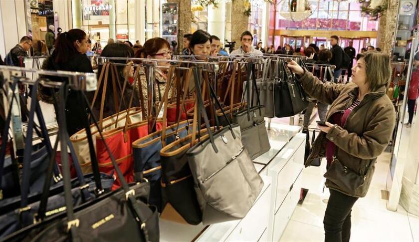 Varias personas compran en la tienda Macy´s de la plaza Herald Square de Nueva York, Estados Unidos. EFE/Archivo