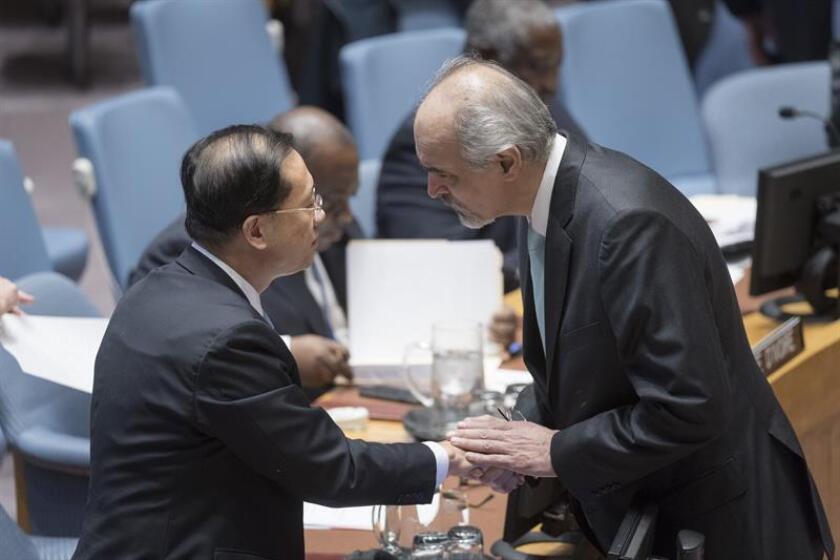 Fotografía cedida por la ONU donde aparece el representante permanente de Siria, Bashar Jaafari (d), mientras saluda al presidente de turno del Consejo de Seguridad, el chino Ma Zhaoxu, antes de una reunión sobre la situación en el Medio Oriente (Siria) hoy, lunes 19 de noviembre de 2018, en la sede del organismo en Nueva York (EE.UU.). EFE/Rick Bajornas/ONU/SOLO USO EDITORIAL/NO VENTAS