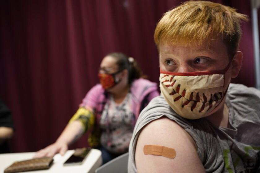 Jacob Conary, de 15 años, escucha recomendaciones de un asistente médico
