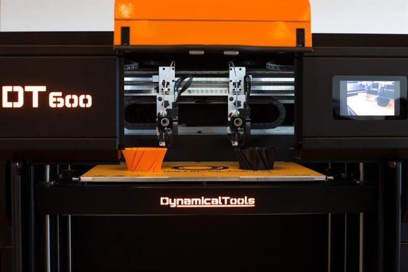 Una impresora 3D expuesta en el Palacio de Congresos de Zaragoza, para la VIII convención de Asociación de Directivos de Aragón (ADEA), una edición que versa sobre la irrupción y auge de la inteligencia artificial y que espera contar con más de 1.000 directivos de empresas nacionales y multinacionales. EFE/Archivo