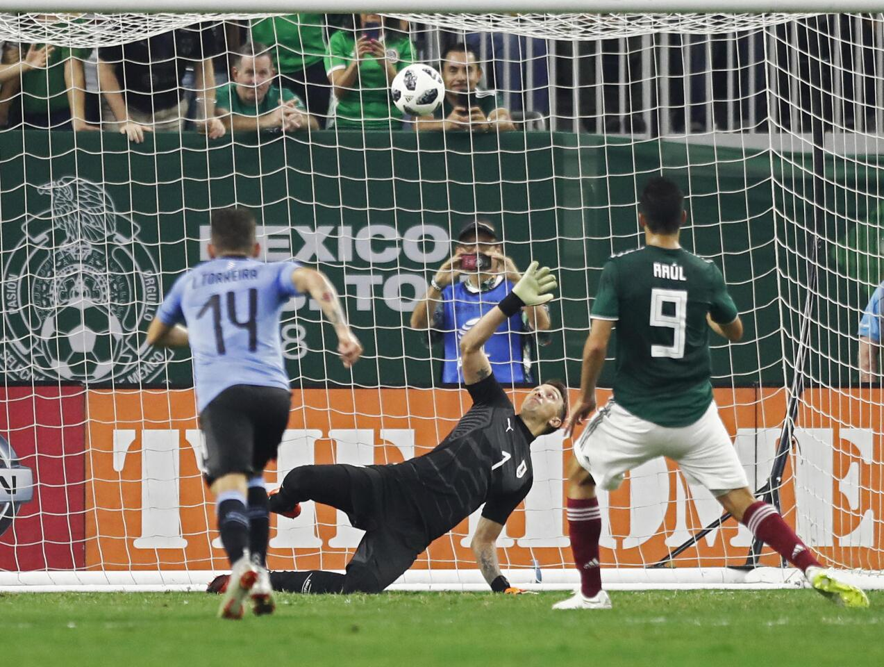 LWS113. Houston (United States), 07/09/2018.- Mexico player Raul Jimenez (R) kicks the ball in for a goal against Uruguay goalkeeper Fernando Muslera (C) in the first half of the friendly soccer match between Mexico and Uruguay at NRG Stadium in Houston,Texas, USA, 07 September 2018. (Futbol, Amistoso, Estados Unidos) EFE/EPA/LARRY W. SMITH ** Usable by HOY and SD Only **