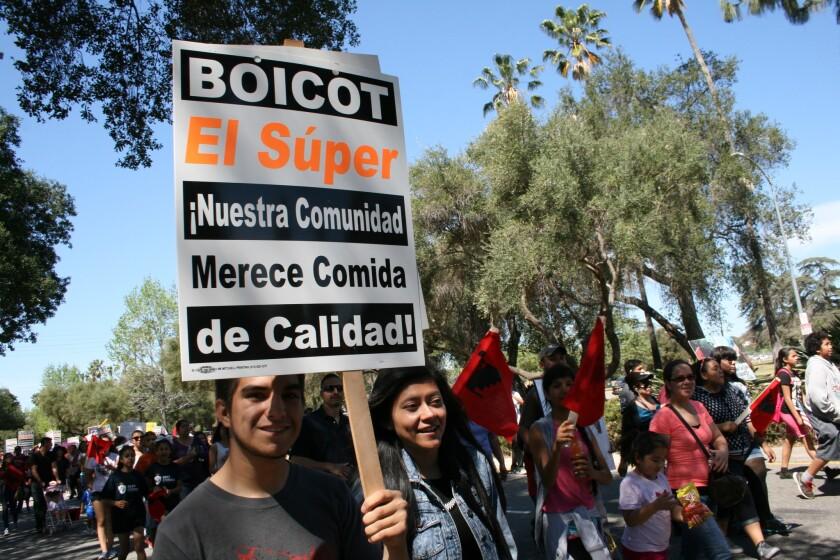 Jóvenes participan en una marcha en el Valle de San Fernando, con pancartas y carteles expresaban su solidaridad con el boicot. El Súper enfrenta un conflicto laboral en siete de sus 49 tiendas en Estados Unidos.
