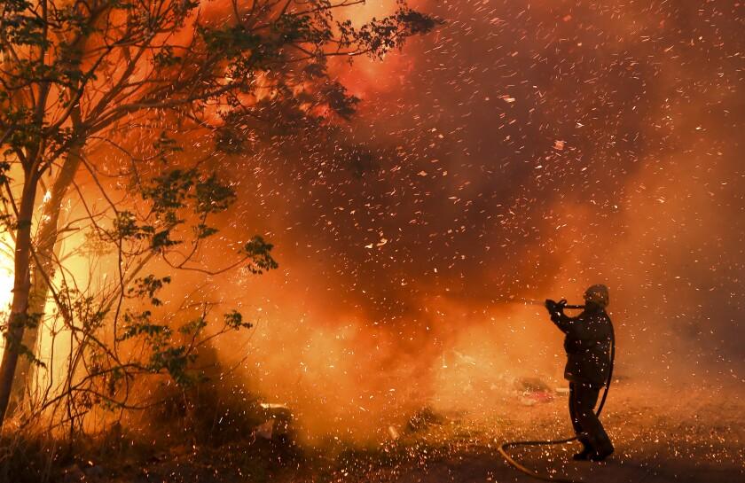 Un bombero combate las llamas en Córdoba, Argentina, el lunes 12 de octubre de 2020.