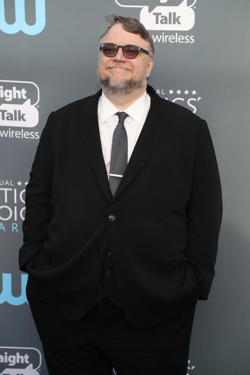 Guillermo del Toro posa a su llegada a la 23 edición de los Premios de la Crítica hoy, jueves 11 de enero de 2018, en el Barker Hanger en Santa Mónica, California (EE.UU.). EFE