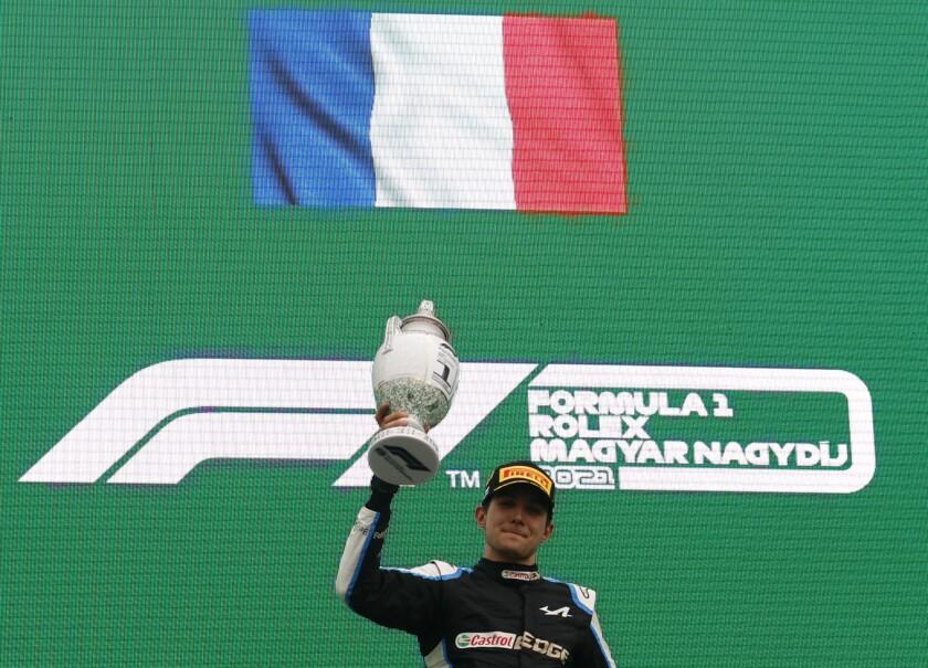 El francés Esteban Ocon, de Alpine, festeja en el podio tras conquistar el Gran Premio de Hungría de la Fórmula Uno en el circuito Hungaroring, en Mogyorod, Hungría, el domingo 1 de agosto de 2021. (Florion Goga/Pool vía AP)