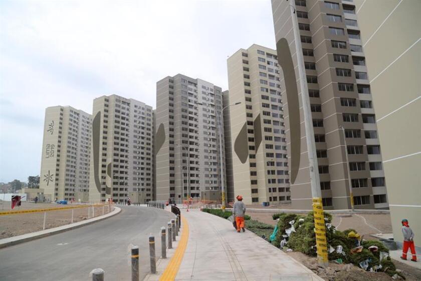 Vista general de algunos edificios que componen la villa de los Juegos Panamericanos de Lima 2019, en el distrito de Villa El Salvador, en Lima (Perú). EFE/Archivo