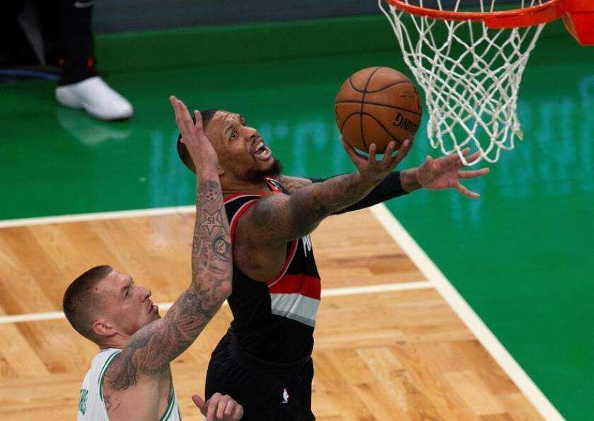 El escolta Damian Lillard (d) de Portland Trail Blazers en acción ante el alero Daniel Theis (i) de Boston Celtics este miércoles durante un partido de la NBA entre Portland Trail Blazers y Boston Celtics, en el TD Garden de Boston, Massachusetts (EE. UU.). EFE