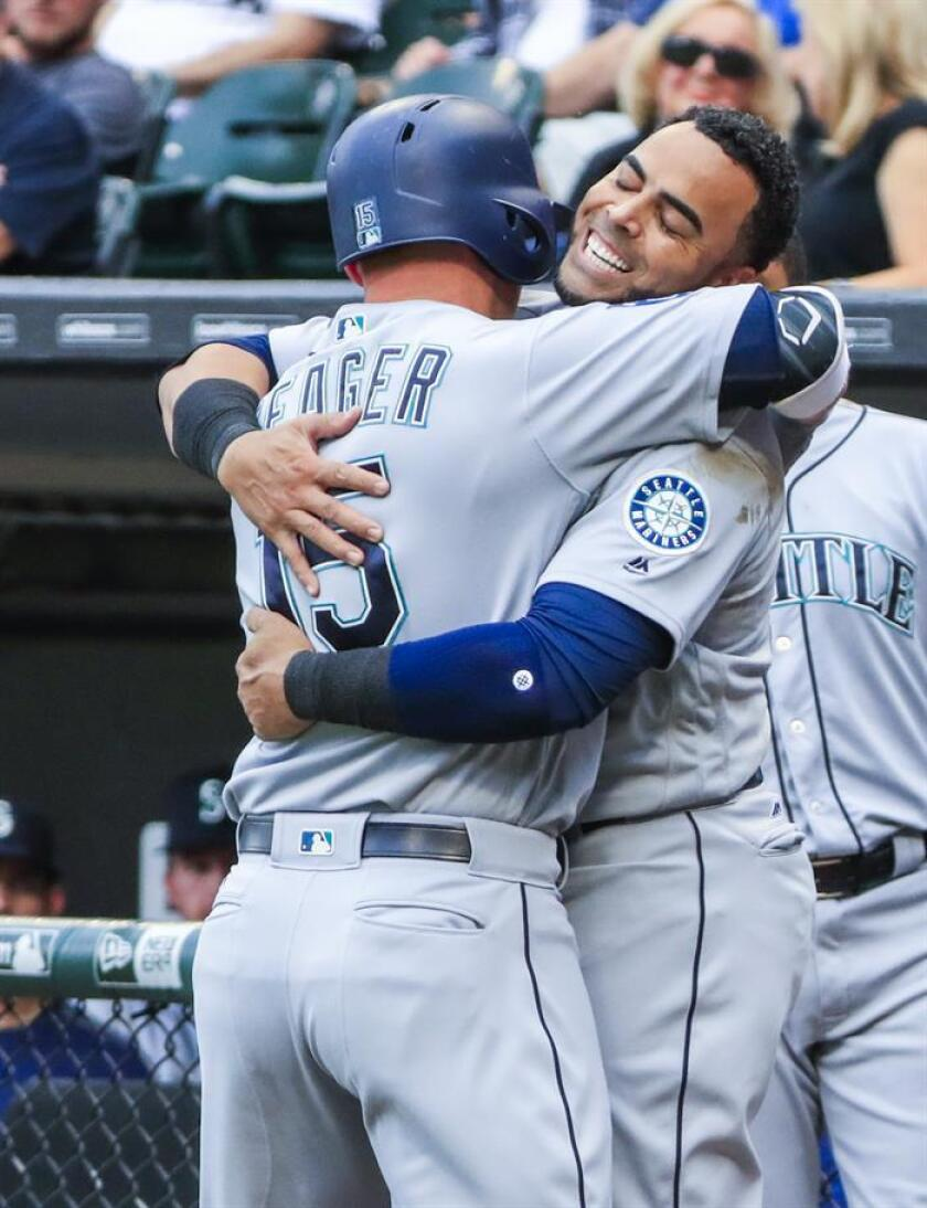 Seattle Mariners infielder Kyle Seager (L) is embraces by Seattle Mariners designated hitter Nelson Cruz (R). EFE/Archivo