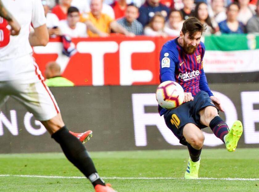 El delantero argentino del FC Barcelona Lionel Messi (d) intenta un lanzamiento ante el Sevilla, durante el partido de la vigésimo quinta jornada de LaLiga que los dos equipos jugaron en el estadio Sánchez Pizjuán. EFE