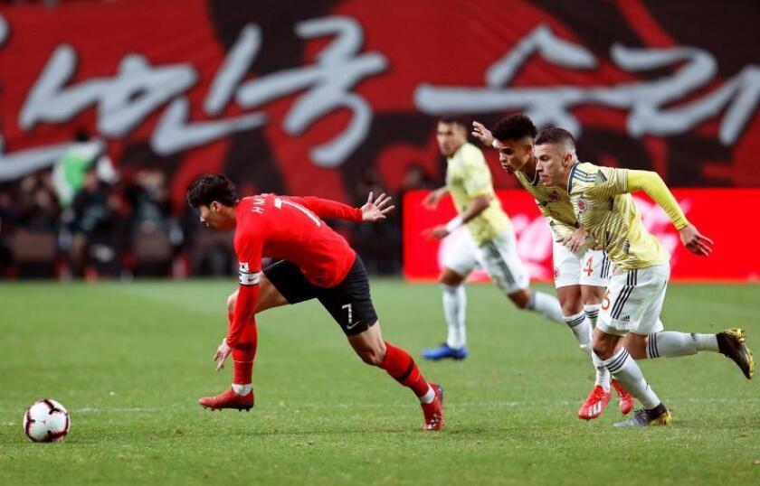 El futbolista surcoreano Son Heung-min (izq) corre con el balón seguido por dos jugadores colombianos durante el partido amistoso contra Corea del Sur este martes en el Estadio de la Copa del Mundo de Seúl (Corea del Sur).EFE