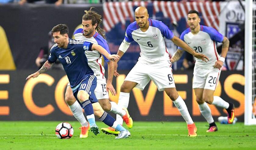 Messi (i) lideró la goleada de Argentina (4-0) sobre EEUU.