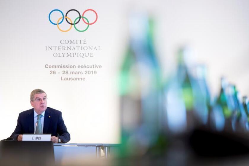 El presidente del Comité Olímpico Internacional (COI), Thomas Bach, da un discurso en la primera jornada de la reunión del consejo ejecutivo del COI, este martes, en Lausana (Suiza). EFE