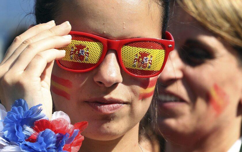 ABD01 PARÍS (FRANCIA), 09/06/2016.- Una seguidora de la selección española disfruta en la zona de aficionados próxima a los Campos de Marte en París, Francia hoy 09 de junio de 2016 con motivo del inminete conmienzo de la Eurocopa. A solo un día del inicio de la Eurocopa, Francia se enfrenta a uno de los mayores desafíos policiales que haya tenido: garantizar la seguridad de los cientos de miles de aficionados que se esperan en diez ciudades de Francia el próximo mes. EFE/Abedin Taherkenareh ** Usable by HOY and SD Only **