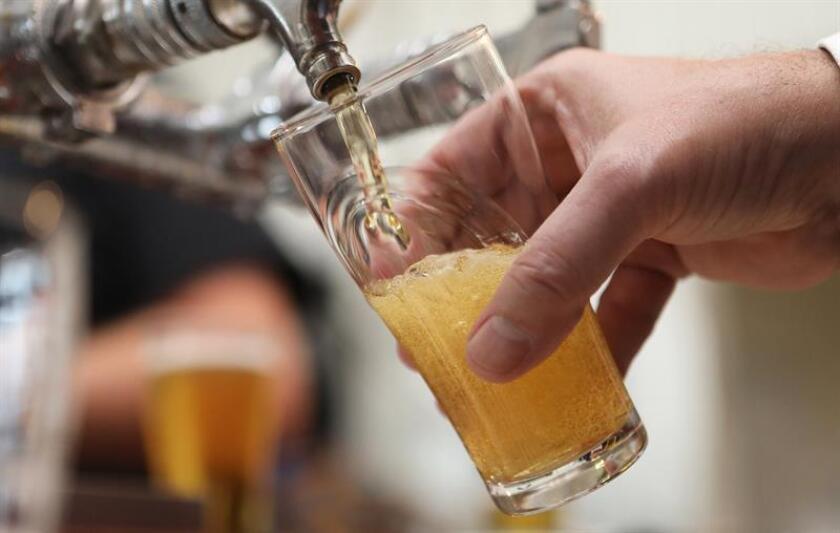 Alfredo probó su primera cerveza a los 13 años, y aunque su sabor no le agradó sí la sensación que tuvo. Entonces, el alcohol se convirtió en un símbolo de pertenencia y escape y que tras 17 años hoy lucha por abandonar. EFE/Archivo