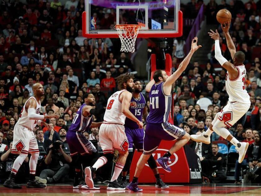 El jugador de los Bulls, Dwyane Wade lanza a canasta frente a Sacramento Kings este sábado 21 de enero de 2017, durante un juego de la NBA en United Center en Chicago (EE.UU.). EFE