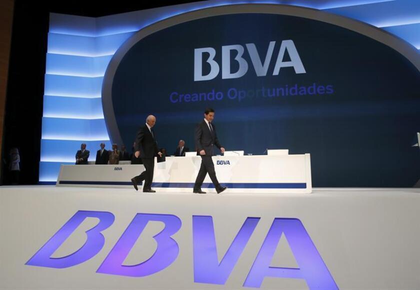 El presidente del BBVA , Francisco González (ci) junto al consejero delegado, Carlos Torres al inicio de la junta del BBVA. EFE/Archivo