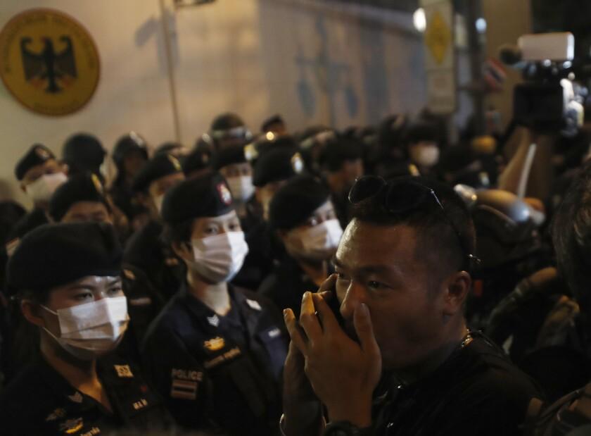 Jatupat Boonpattararaksa, un líder a favor de la democracia, habla por celular durante una protesta fuera de la embajada alemana en Bangkok, el lunes 26 de octubre de 2020. (AP Foto/Sakchai Lalit)