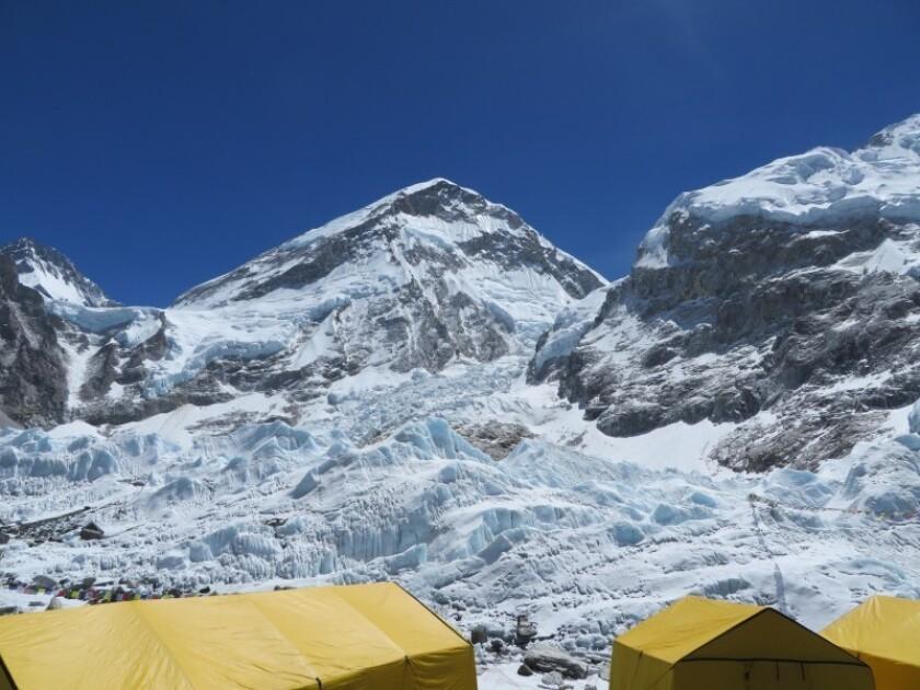 El Everest se ha llenado de excrementos de alpinistas después de tantas expediciones a lo largo de los años.