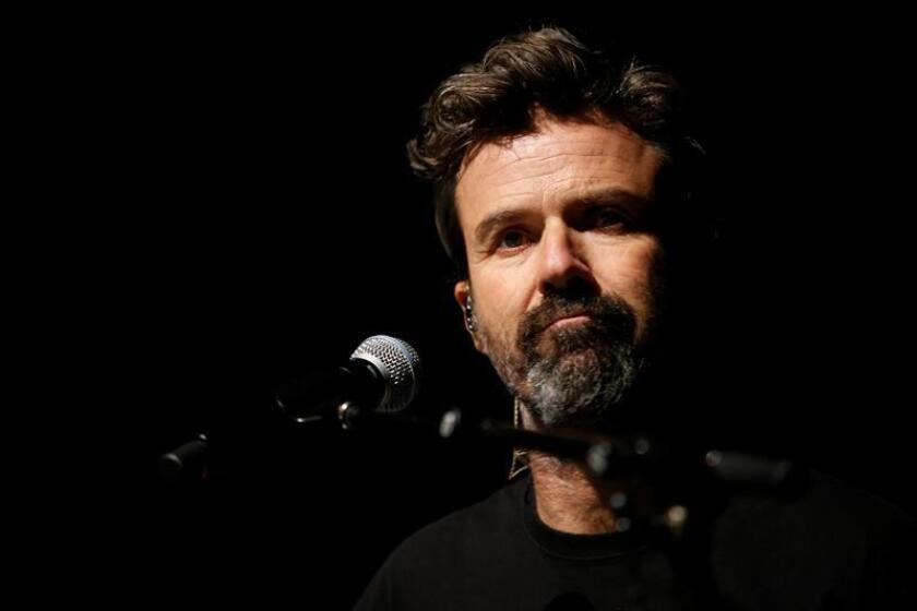 El cantante y líder de la banda española, Jarabe de Palo, Pau Donés actúa durante un concierto. EFE/Archivo