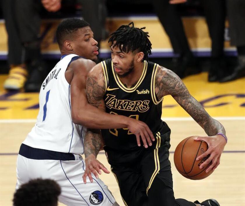 El alero de Los Angeles Lakers, Brandon Ingram (dcha), en acción ante el escolta de los Dallas Mavericks, Dennis Smith Jr. (izda), en la primera mitad de un partido de la NBA en el Staples Center de Los Angeles, California, EE. UU. EFE/Archivo