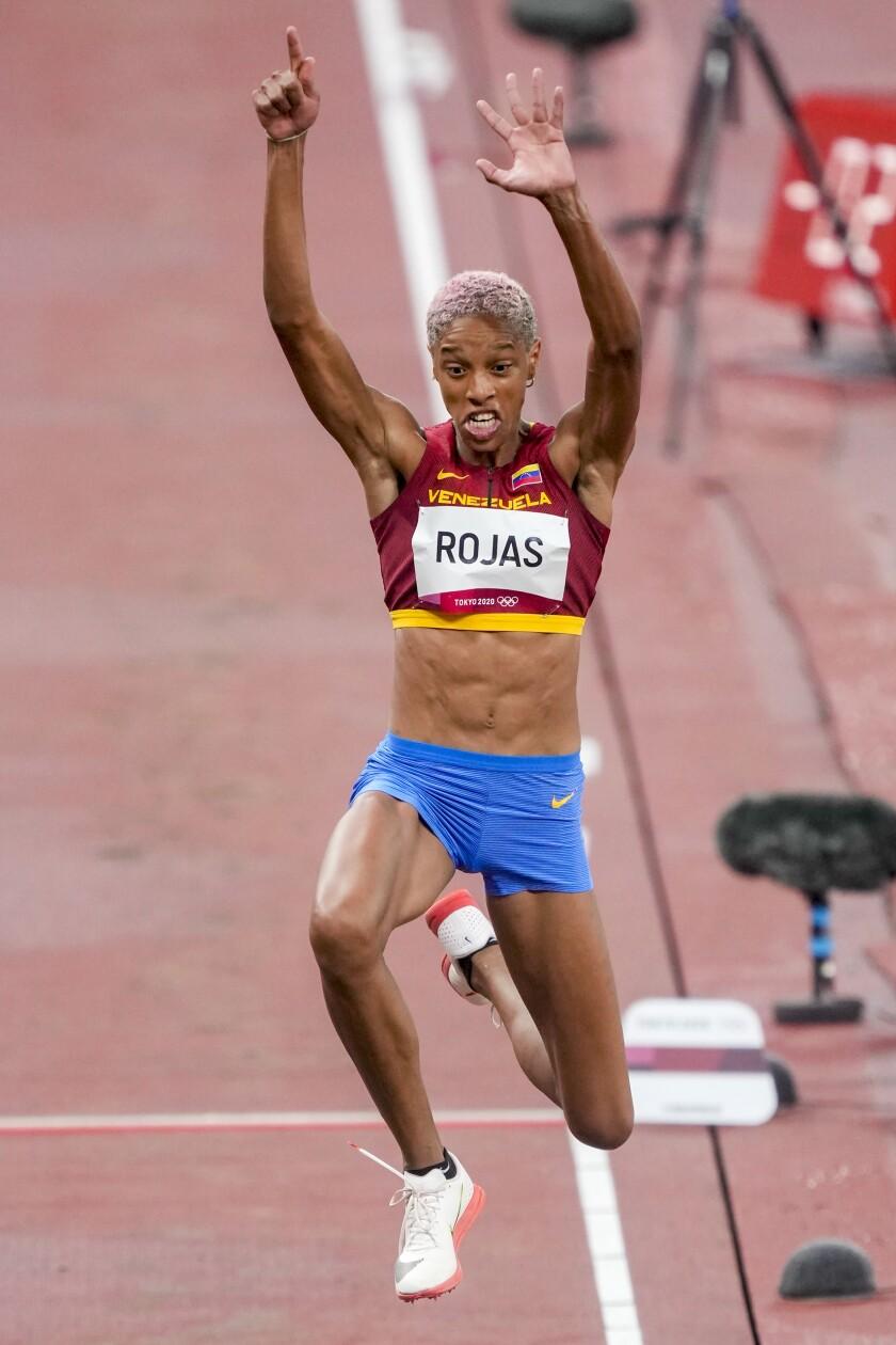 La venezolana Yulimar Rojas compite en el triple salto femenino en los Juegos Olímpicos de Verano de 2020, en Tokio, el viernes 30 de julio de 2021. (Foto AP/Martin Meissner)